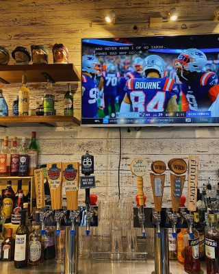 What's Sunday night football without a beer? Come by earth and vine to grab a pint and watch the Seahawks and Steelers game 💙💚🏈  Open daily 3-8pm . . . . . #pleasantbeachvillage #bainbridgeisland #earthandvine #winebar #taproom #beer #sundaynightfootball #football #seahawks #12thman